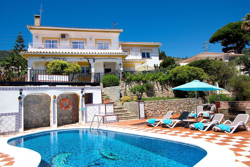 Luxury Traditional Spanish Villa, Private Pool/Garden/WIFI/Sea View, holiday rental in Benalmadena