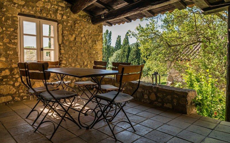 Gîte Papillon, Mas en vieilles pierres, au coeur de 24 ha - Piscine Chauffée, location de vacances à Valaurie