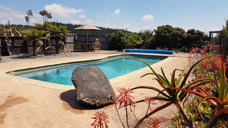 Stunning views of Nelson with a swimming pool!, location de vacances à Nelson