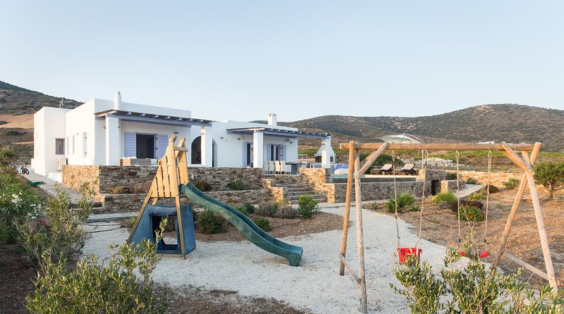 Secluded family villa in the beautiful bay of St. George, Antiparos, holiday rental in Agios Georgios