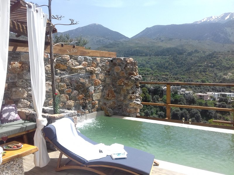 Villa Aeolus with private infinity pool and garden, holiday rental in Sougia