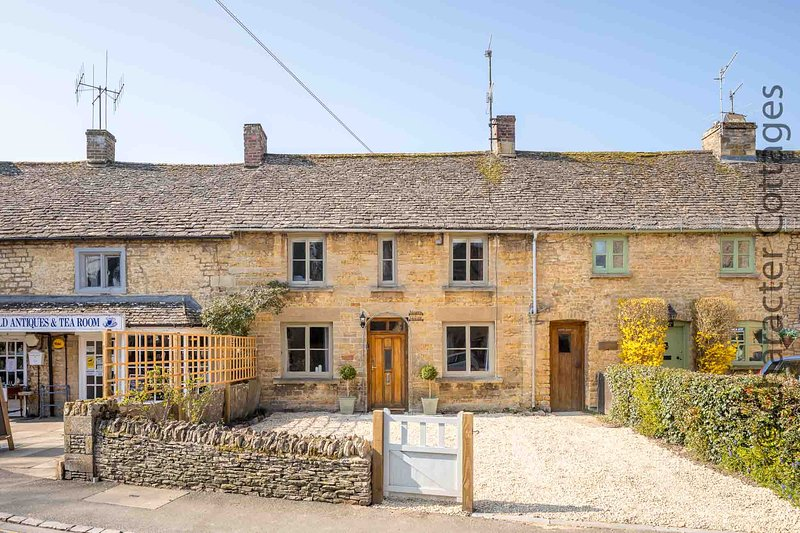 North House is a lovely Cotswold stone cottage in pretty Bourton-on-the-Water, vacation rental in Wyck Rissington