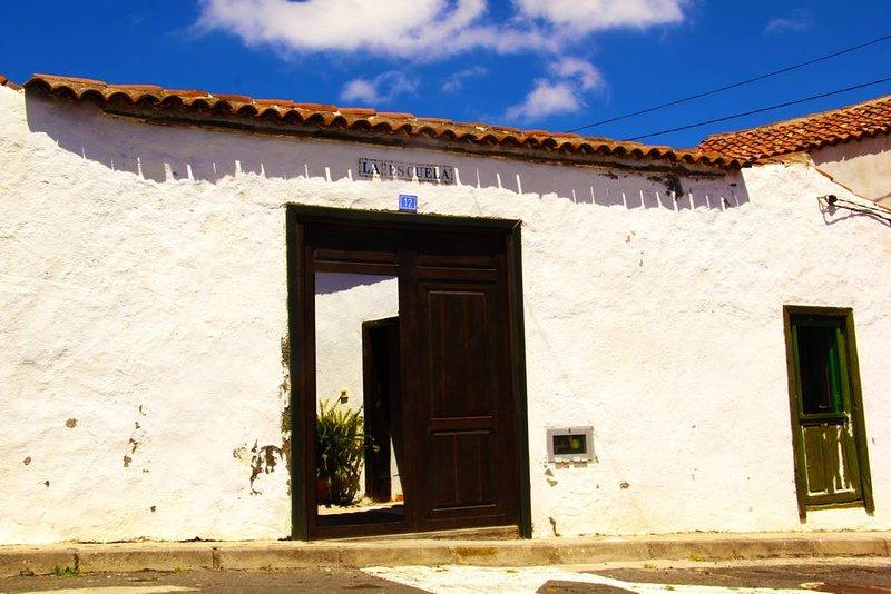 Private Room in Villa de Arico Ortiz Tenerife, in the old school of the village., vacation rental in San Miguel de Tajao