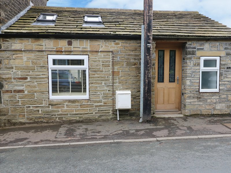 THE OLD FORGE, terraced house, exposed beams, WiFi, dog-friendly, near Hebden, holiday rental in Ripponden