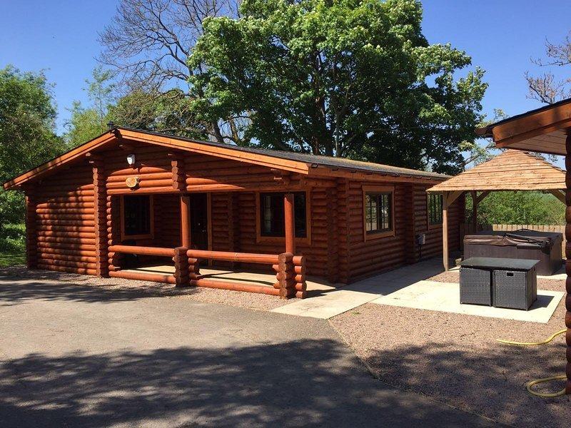 The Tyne Luxury Log Cabin with private hot tub, aluguéis de temporada em Felton