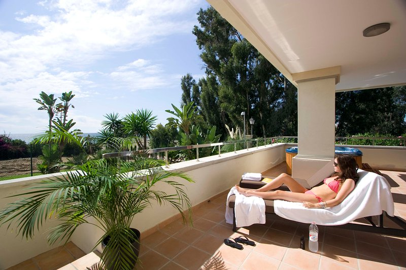 402-3-bedroom Beach SERVICED Apartment. All year around HEATED POOL-BBQ-HotTub, location de vacances à Estepona