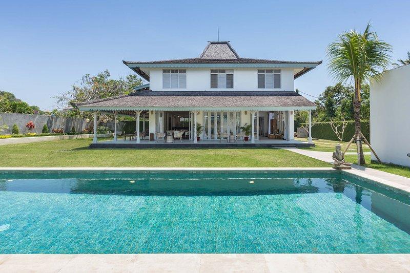 Brand New! Luxury 5BR Villa, Only 6 min to the Jimbaran Beach!, vacation rental in Kuta Selatan