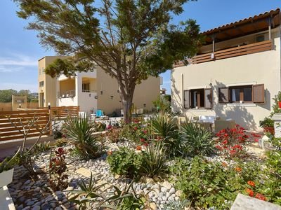 Villa Eva, luxury villa 50 meters from the sea., location de vacances à Kato Gouves