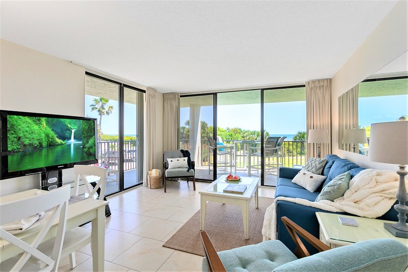 Corner unit with lots of natural light - perfect beachy feel