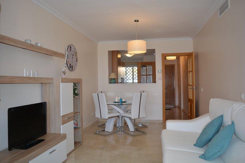Aprire soggiorno progettato e zona pranzo che conduce anche alla terrazza.