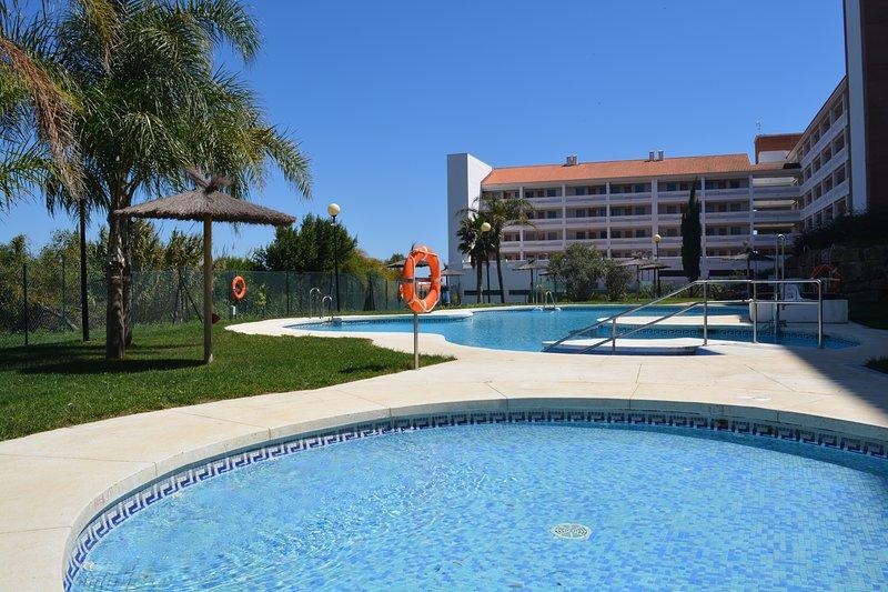 Rilassati e rilassati in piscina.