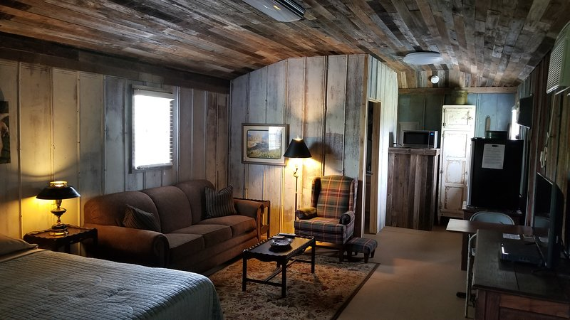 Comanche Creek Cabins #1, holiday rental in Pontotoc
