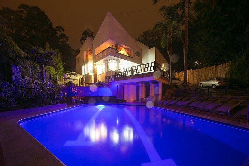ONLY MANSION NEAR LLERAS 13KQFT POOL JACUZZI BACHELOR FRIENDLY, alquiler de vacaciones en Medellín