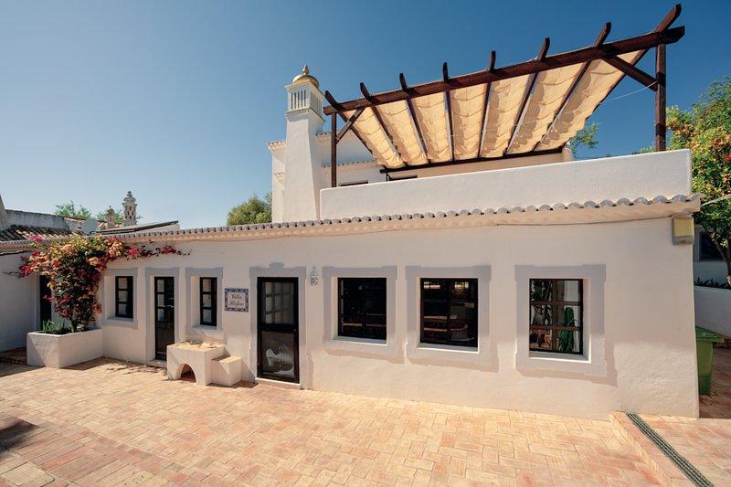 Tasteful Villa with private Pool & private Bar!, casa vacanza a Espargal