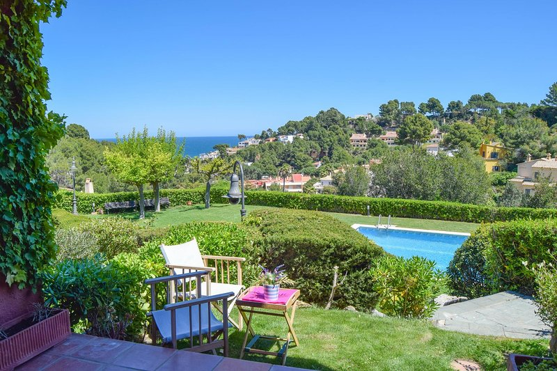 Detached house with sea views to 800 mts from the beach. Two double rooms.Communal pool and garden.