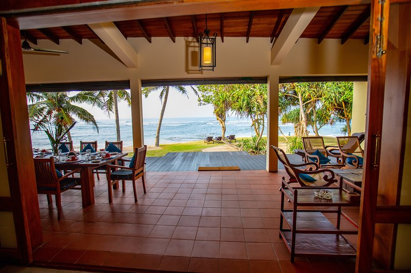South Point Villa - 3 bedroom luxury beach villa  -ideal for families, location de vacances à Galle District