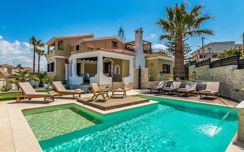 Perfectly Located Villa with private pool, fully renovated in 2019, location de vacances à Agia Marina