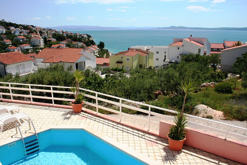 Cosy two bedroom apartment with beatiful sea view and communal swimming pool, holiday rental in Okrug Gornji