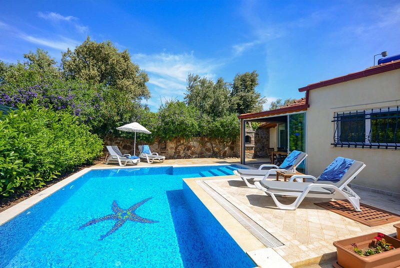 2 bed villa with colourful gardens, aluguéis de temporada em Konacik