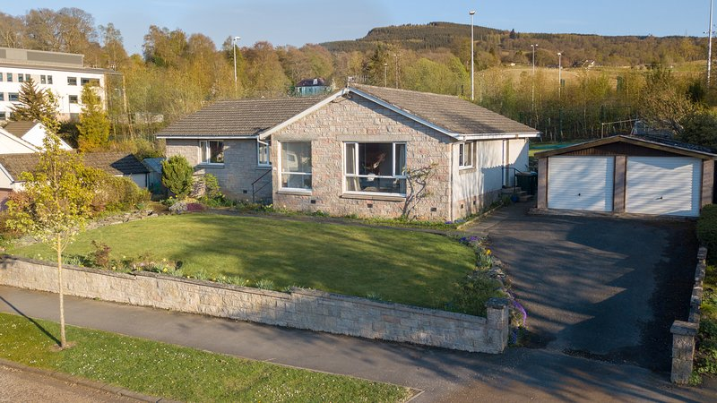 Spacious elevated bungalow with lovely views and secure double garage - sleeps 8, holiday rental in Aberfeldy