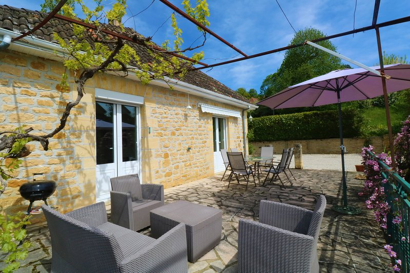 NEWLY RENOVATED STONE HOUSE+PARKING+WIFI  WALKING DISTANCE SARLAT CENTER, holiday rental in Saint-Vincent-le-Paluel