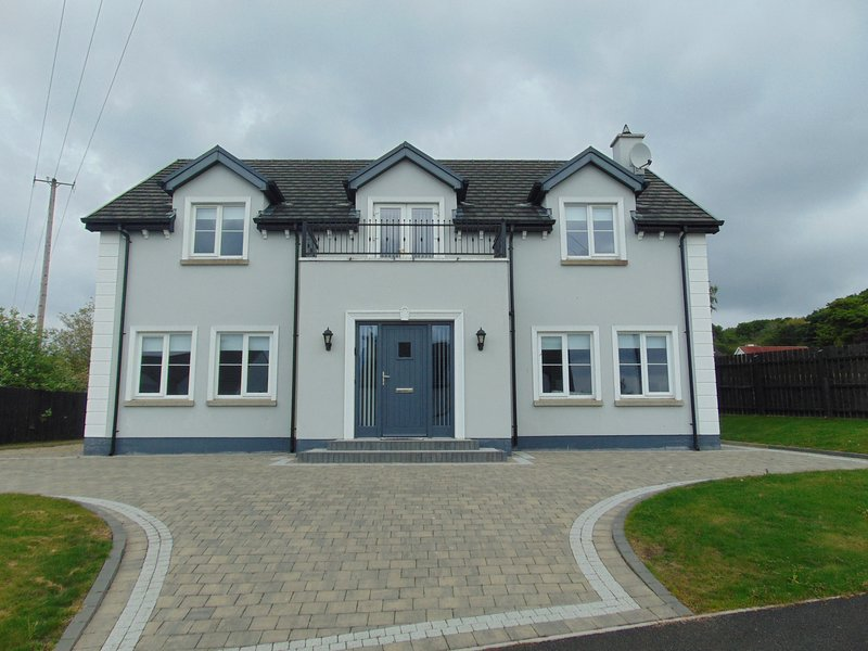 Maple Grove, Fahan, Co. Donegal - Luxury 4 Bed Home by Wild Atlantic Wanderer, holiday rental in Rathmullan