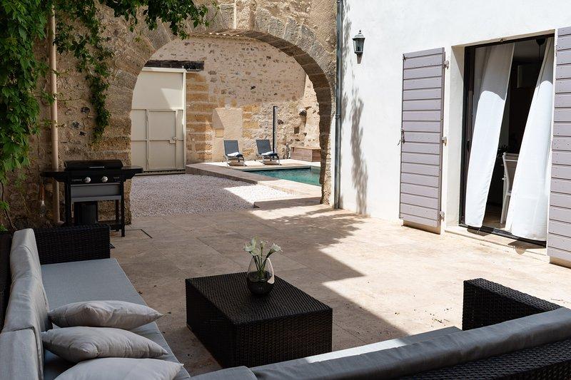 Maison de caractère (Meublé de Tourisme 4****) piscine dans le centre historique, holiday rental in Tourbes