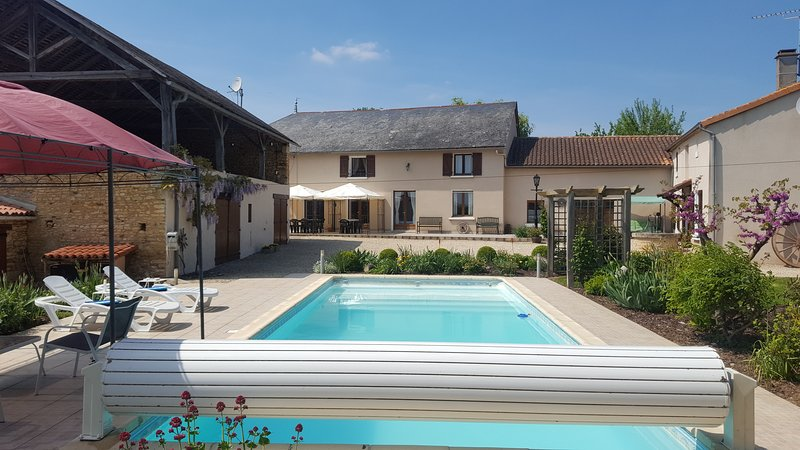 Grande Maison des Tournesols, heated private pool, sleeps 11, holiday rental in La Chaussee