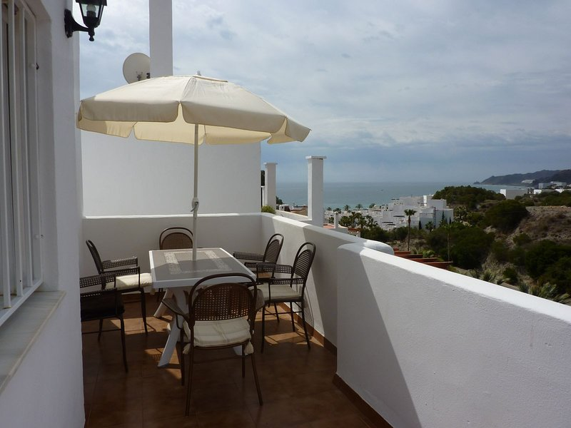 Top floor Townhouse with stunning sea and mountain views and all day sunshine, location de vacances à Mojacar Playa