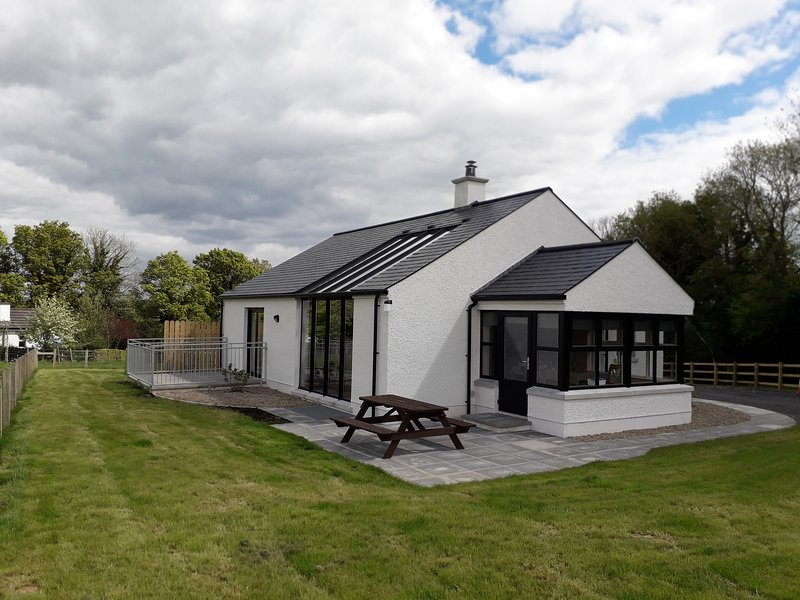 Lakeview Lodge, stunning house with access to jetty and slipway, on working farm, holiday rental in Derrylin