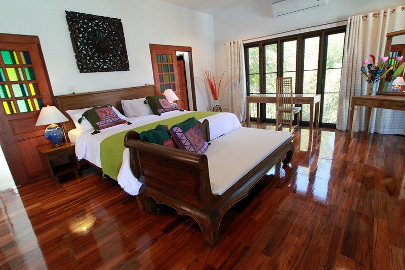 Luxury Jacuzzi Suite w/1BR, 2BA, Living room, Kitchen, Balcony & Pool-V2D, holiday rental in Doi Saket