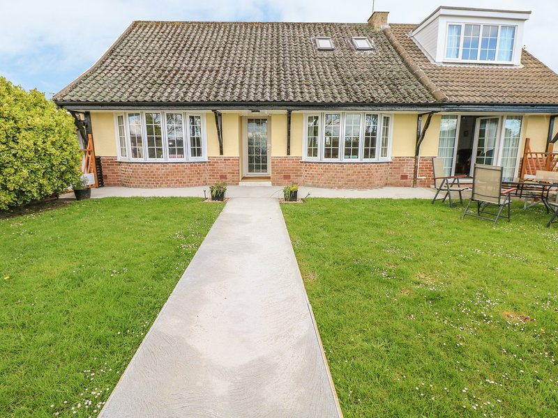 CANINA, cottage, private enclosed patio, pet-friendly, in Amroth, Ref 945459, vacation rental in Llanteg
