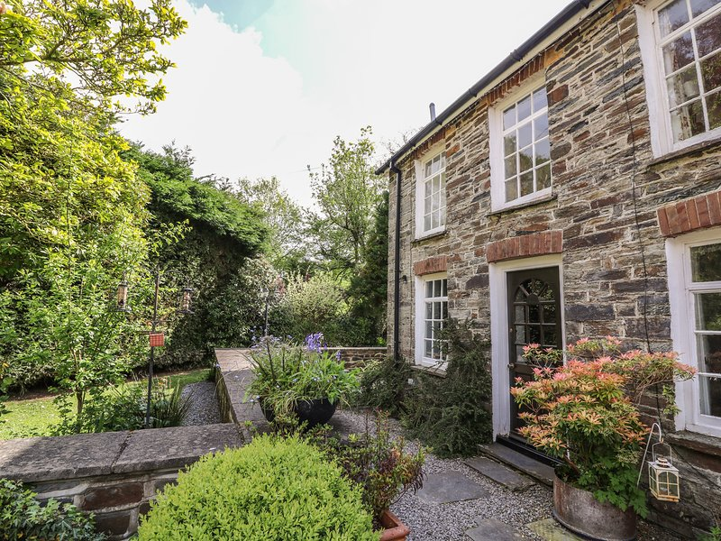 SPINNERS COTTAGE, end-terrace cottage, shared garden, woodburner, WiFi, nr, holiday rental in Coed Y Bryn