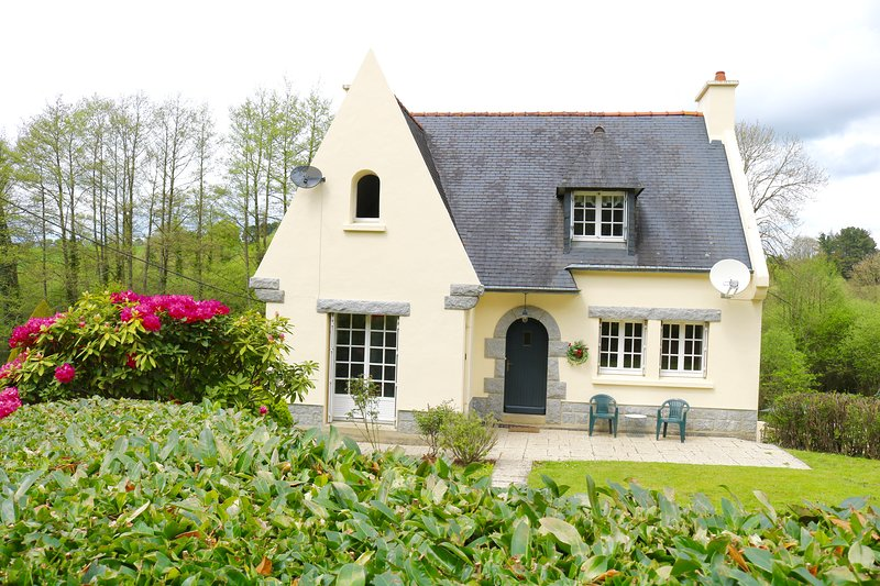 Large House & Tranquil Garden, central - shops, walks, cycling, chateaux gardens, casa vacanza a Mael-Carhaix