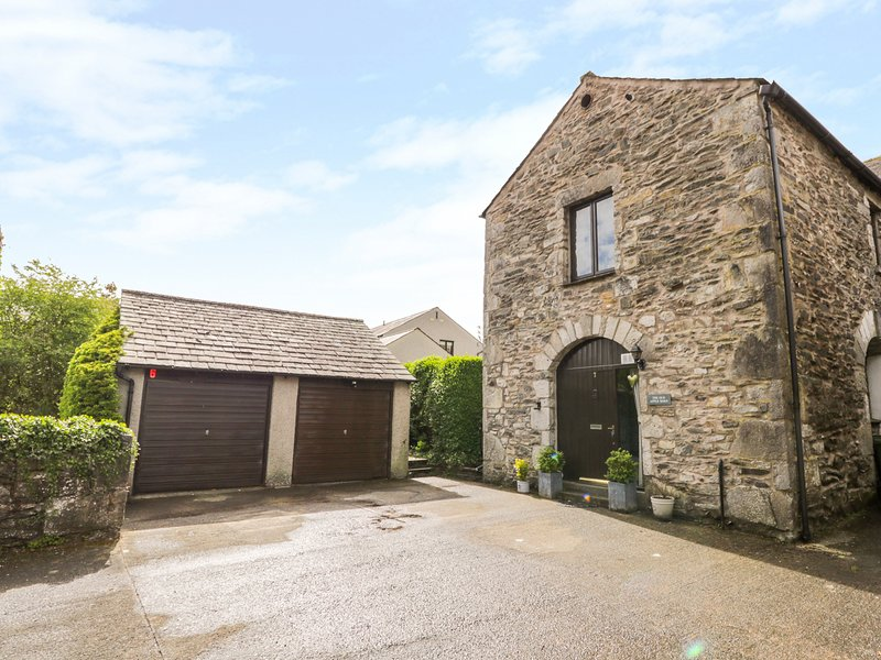 THE OLD APPLE BARN, open plan, enclosed garden, pet-friendly, WiFi, in Lindale, holiday rental in Low Newton
