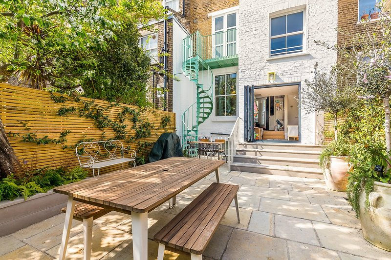 5 Bed Family House w/Terrace in Clapham, vakantiewoning in Mitcham