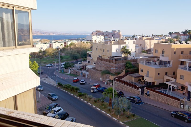 Charming Spacious 2 Room Holiday Rental W/Amazing Red Sea Views + Free Parking, location de vacances à Eilat