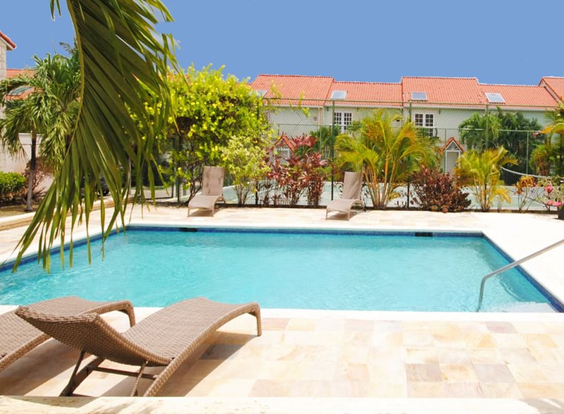 Palm View - Lovely west coast townhouse minutes walk to beach with communal pool, holiday rental in Porters