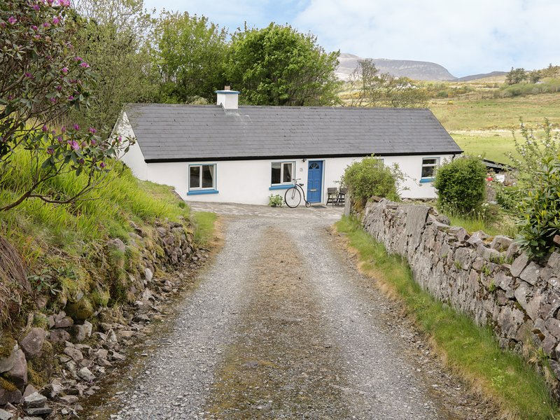 CNOCMOR COTTAGE, pet friendly, with a garden in Mulranny, County Mayo, Ref 4462, holiday rental in Bangor Erris