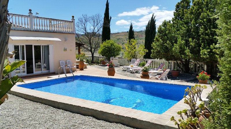 Country Finca set in elevated position. Private yet within 10 mins walk to town., alquiler vacacional en Coín