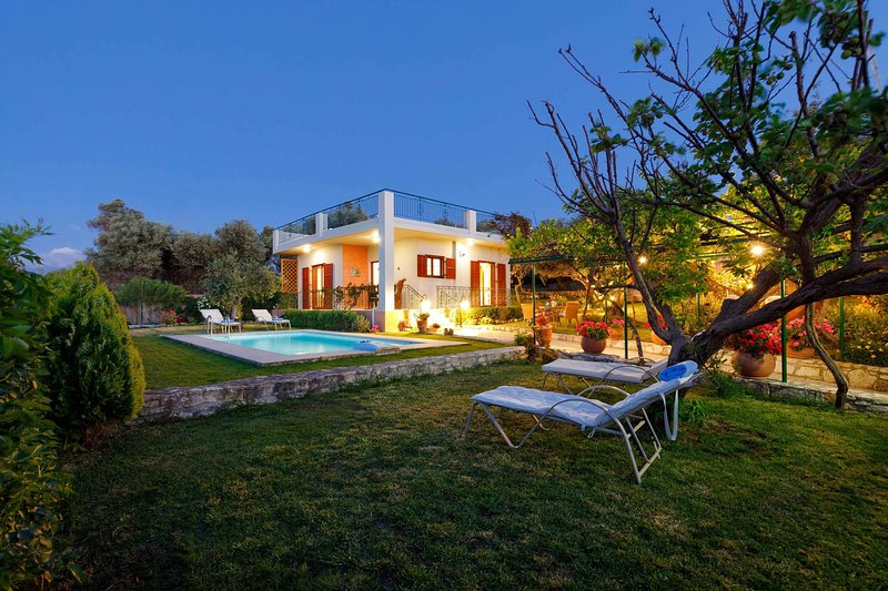 Secluded villa with private pool, 10 min from the city center! Stunning view!, holiday rental in Rethymnon
