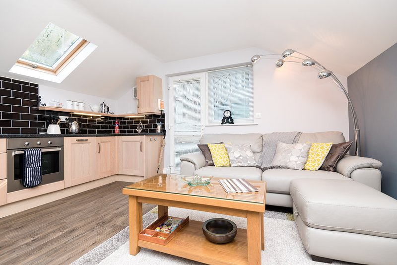 Driftwood Apartment - Modern apartment, short walk from town centre with parking, vacation rental in Duloe