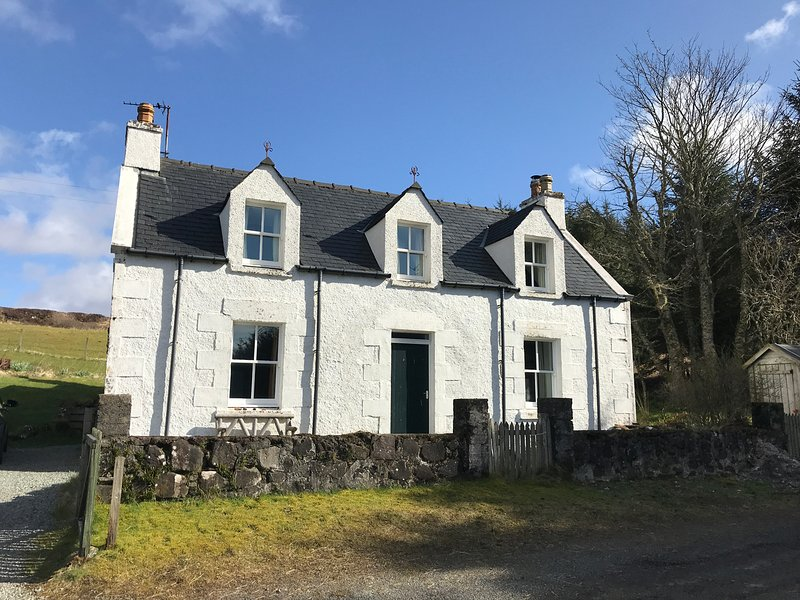 6 KNOTT, pet-friendly, lawned garden, fantastic base, Portree, Ref 948770, holiday rental in Treaslane