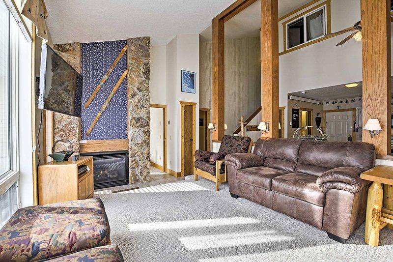 Ski-In/Ski-Out Condo w/ Mtn Views, All-Season Fun!, holiday rental in Hot Sulphur Springs
