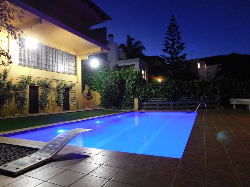 Amazing house with swimming-pool, location de vacances à Castelldefels