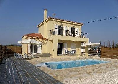 Spacious villa with swimming-pool, location de vacances à Pefkakia