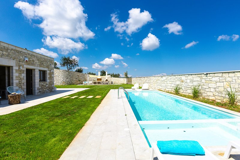 Thalmargia Villa III, Ultimate Peace & Privacy!, holiday rental in Axos