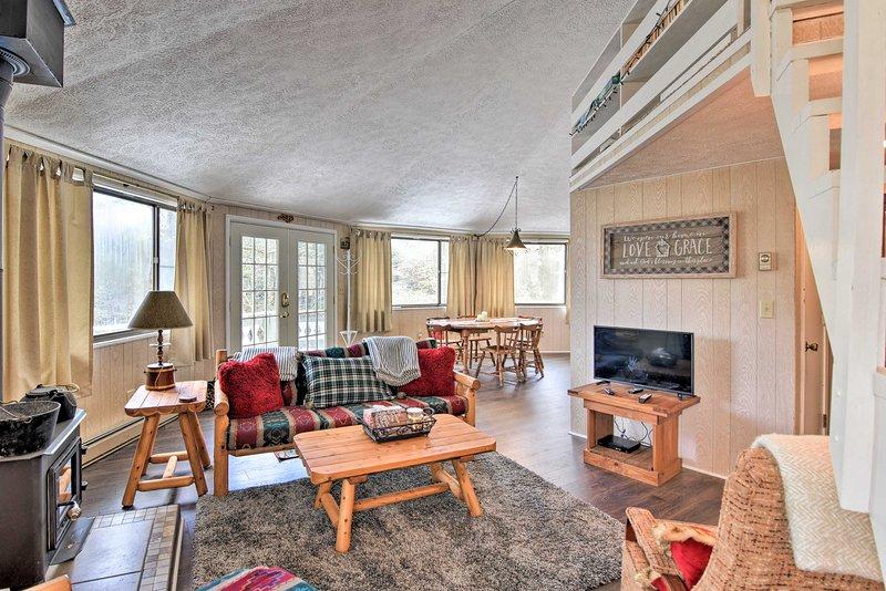 Rilassati in questa accogliente cabina per le vacanze in affitto con 3 camere da letto e 2,5 bagni per 9 persone.