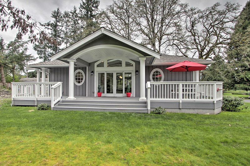 Contemporary Tacoma Cottage w/ Deck & Pond!, vacation rental in Yelm
