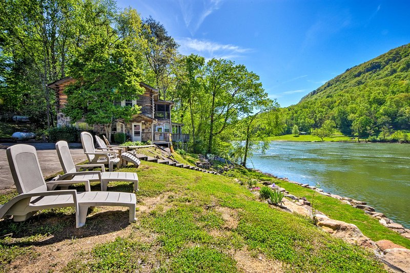 Tenn River Cabin w/Hot Tub - 10 Mi to Chattanooga!, holiday rental in Dunlap